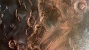 Oblast poblíž jižního pólu rudé planety z pohledu sondy Mars Orbiter.