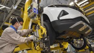 Zaměstnanec filiálky Volkswagenu ve městě Čcheng-tu na jihu Číny při montáži.