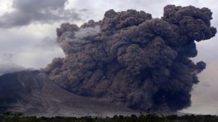 Těžký mrak plný popele vystupující z indonéské sopky Sinabung.