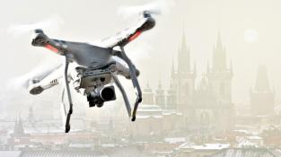 Dron sledující smogovou situaci nad Prahou.