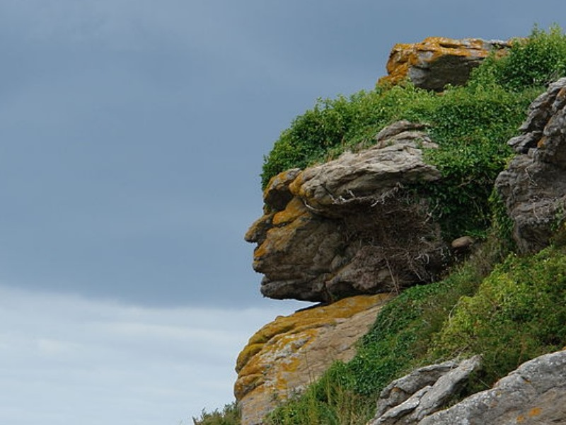 Apache_head_in_rocks_Ebihens_France wikipedia commons