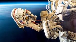 Kosmonauti zkoumající netěsnící modul stanice ISS.