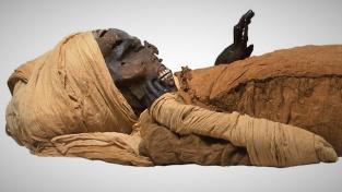 Mumie egyptského faraona Sekenenre Taoa, který vládl Hornímu Egyptu kolem roku 1500 let před naším letopočtem, tedy v době, ze které pochází nalezený záznam o balzamování.