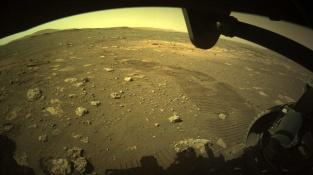 Stopy od kol, které zanechává rover Perseverance na Marsu.