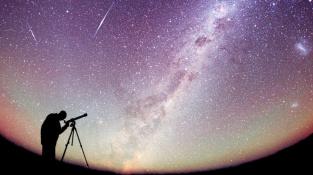 Kosmický prach v dalekohledu neuvidíte. Okolí Země je jím ale prostoupeno.