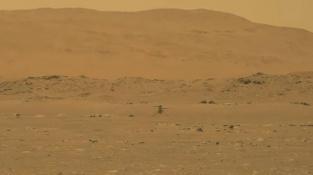 Letící vrtulník Ingenuity na snímku z roveru Perseverance.