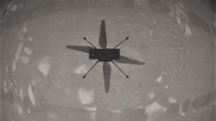 Ingenuity zachytila vlastní stín na Marsu.