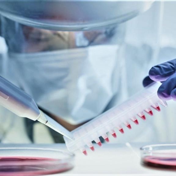 První vakcína vyvinutá proti obávaným variantám covidu je v testech úspěšná