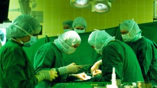 Chirurgové transplantovali srdce teprve dvouměsíční holčičce