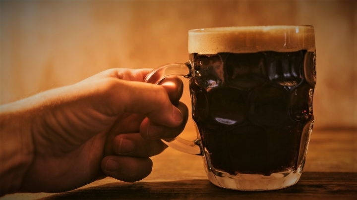Vědci zjistili, kolik bublinek vzniká ve sklenici piva