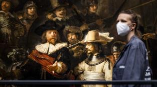 Pracovnice Rijksmusea připravuje umělou inteligencí rekonstruovanou Rembrandtovu Noční hlídku k vystavení.