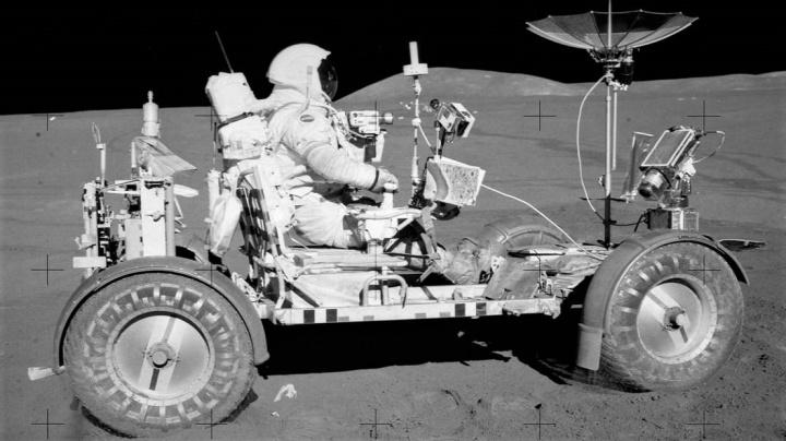 Šlápni na to, Dave! Před 50 lety jel člověk poprvé v elektromobilu na Měsíci