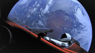 Tesla Roadster s manekýnem Starmanem ve vesmíru. Najdeme obdobný technologický pozdrav od mimozemšťanů?