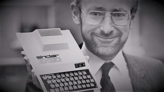 Clive Sinclair se svým nejslavnějším počítačem ZX80 z roku 1980.