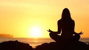 Meditace při západu Slunce.