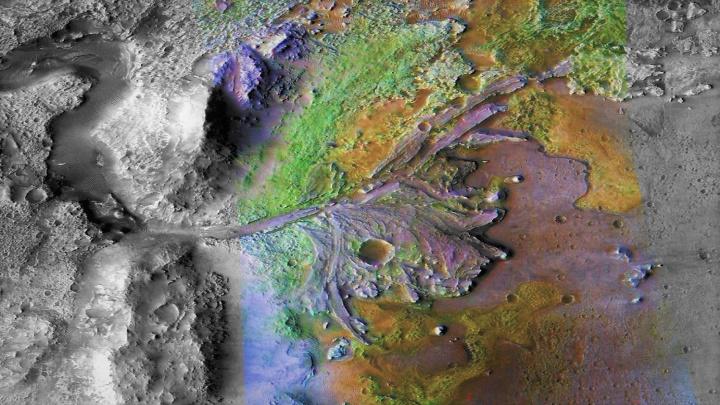 Konec pochybností! Marsovský kráter byl naplněn jezerem napájeným řekou