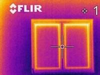 Tento termovizní snímek neodhalil v místě ostění žádný tepelný most. Je příkladnou ukázkou precizního zdění z pórobetonu Ytong.