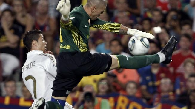 BARCELONA, SPAIN. 17/08/2011.- Real Madrid Portuguese forward Cristiano Ronaldo (L) fights for the ball with FC Barcelona goalkeeper Victor Valdes (R), during their Supercup second leg match at Camp Nou stadium in Barcelona, northeasthern Spain, 17 August 2011. MEDIAFAX / EFE