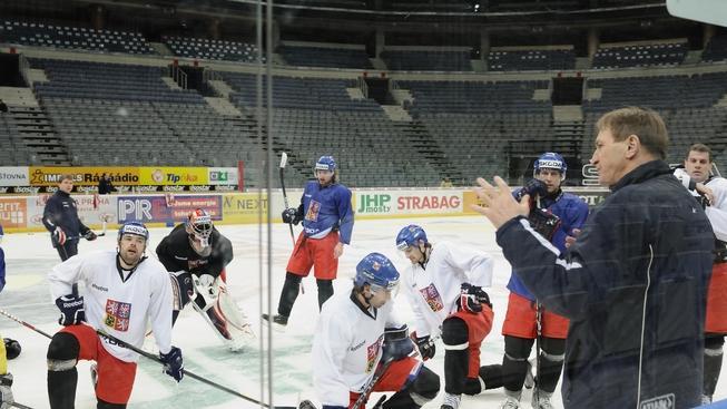 V O2 areně v Praze proběhl 14. prosince 2011 společný trénink před turnajem Channel One Cup. Na snímku druhý zprava Alois Hadamczik. MACCIANI / MEDIAFAX