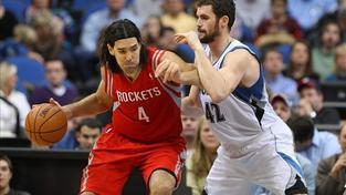 Basketbalista šlápl soupeři přímo na hlavu!
