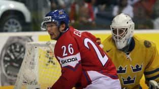 Na Mistrovství světa v ledním hokeji 2011 se 13. května 2011 v Orange Areně ve slovenské Bratislavě odehrálo semifinálové utkání Česko (červené dresy) - Švédsko (žluté dresy). Na snímku zleva PatrikEliáš (CZE) a brankář Viktor Fasth (SWE). BOHUMIL ČERVENKA / MEDIAFAX