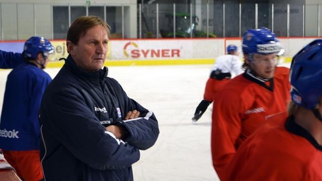 V pondělí 26. března 2012 začal v Kravařích u Opavy první sraz hokejové reprezentace a trenéru Hadamczikovi se hlásilo 21 hráčů. Alois Hadamczik (na snímku vlevo) pozval na úvodní kemp před mistrovstvím světa čtveřici nováčků ze Zlína a Vítkovic. DAVID PROCHÁZKA / MEDIAFAX