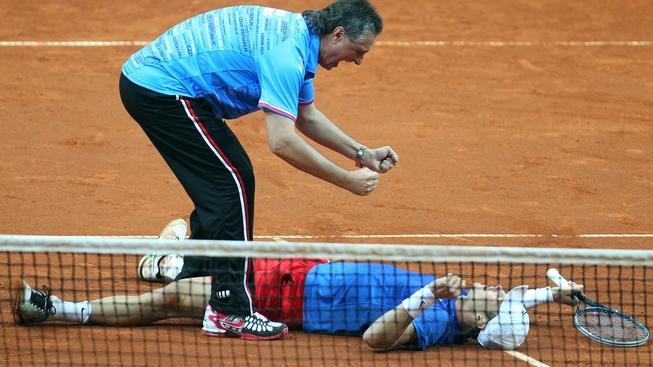 V pražské O2 areně se 8. dubna 2012 odehrálo čtvrtfinále tenisového Davis Cupu mezi Českem a Srbskem. Na snímku Jaroslav Navrátil a Tomáš Berdych. MILAN KAMMERMAYER / MEDIAFAX