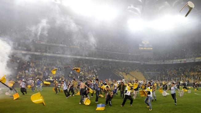 Chuligáni Fenerbahce zničili stadion i hrací plochu