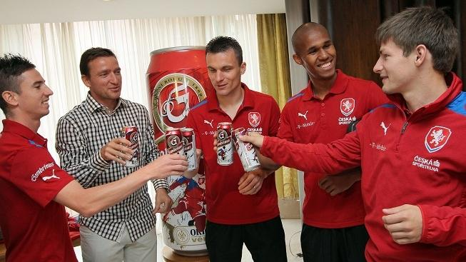 Setkání tří fotbalových reprezentantů s médii se konalo 30. května 2012 v Praze. Na snímku hráči při ochutnávce nové várky piva Gambrinus. MICHAL KALÁŠEK / MEDIAFAX