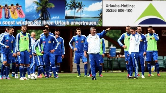 Image: 0130177050, License: Rights managed, Greece's National football team coach Fernando Santos (C) speaks to his players during a training session ahead of the Euro 2012 in Kitzbuhel on May 23, 2012.    AFP PHOTO, Place: AUSTRIA, Model Release: No or not aplicable, Credit line: Profimedia.cz, AFP
