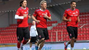 Na letenském fotbalovém stadionu se 31. května 2012 uskutečnila tisková konference trenéra fotbalové reprezentace Michala Bílka a kapitána týmu Petra Čecha před závěrečnou prověrkou s Maďarskem. Na snímku vlevo Tomáš Rosický a Milan Baroš (vpravo). JAKUB POLÁČEK / MEDIAFAX
