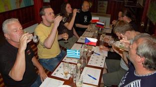 """Češi postoupí ze skupiny """"A"""" na EURO, říkají znalci piva"""