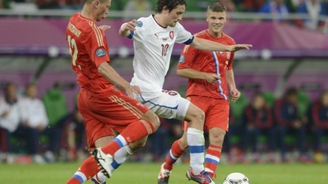 Utkání skupiny A mistrovství Evropy ve fotbale Rusko - ČR, 8. června ve Vratislavi. Milan Baroš (vlevo) a Igor Denisov z Ruska (druhý zleva).