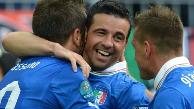Italy's Antonio di Natale (C) celebrates his 1-0 with Antonio Cassano (L) and Emanuele Giaccherini (R) vie for the ball during UEFA EURO 2012 group C soccer match Spain vs Italy at Arena Gdansk in Gdansk, Poland, 10 June 2012. Photo: Marcus Brandt dpa (Please refer to chapters 7 and 8 of http://dpaq.de/Ziovh for UEFA Euro 2012 Terms & Conditions)  +++(c) dpa - Bildfunk+++