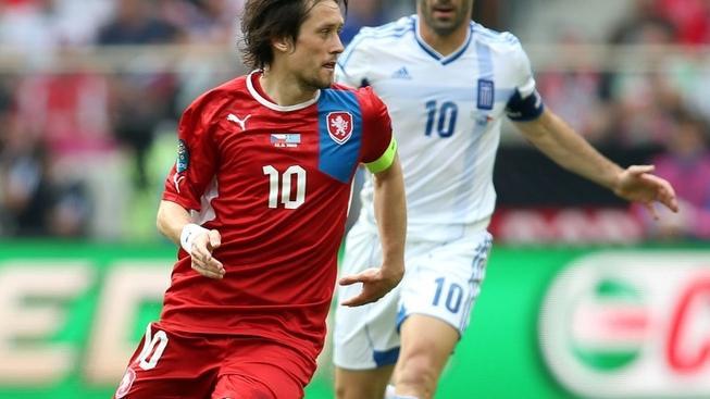 Na městském stadionu ve Wroclawi se 12. června 2012 odehrál druhý zápas české reprezentace proti celku Řecka. Na snímku Tomáš Rosický (vlevo) a Giorgos Karagounis (vpravo) MILAN KAMMERMAYER / MEDIAFAX