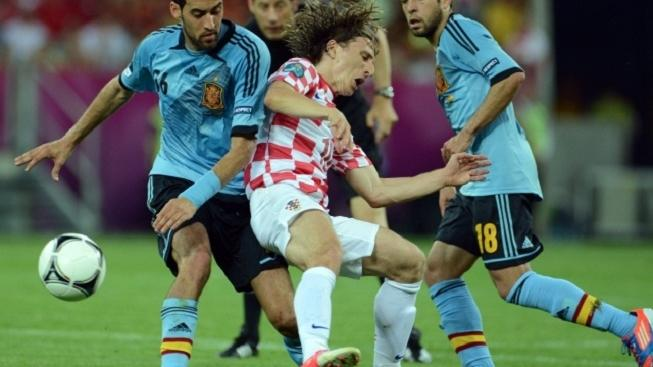 Croatia's Luka Modric (C) gets sandwiched by Spain's Sergio Busquets (L) and Jordi Alba during UEFA EURO 2012 group C soccer match Croatia vs Spain at Arena Gdansk in Gdansk, Poland, 18 June 2012. Photo: Andreas Gebert dpa (Please refer to chapters 7 and 8 of http://dpaq.de/Ziovh for UEFA Euro 2012 Terms & Conditions)  +++(c) dpa - Bildfunk+++