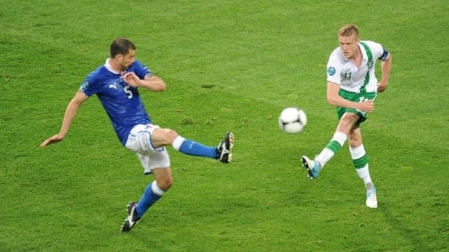 Republic of Ireland's Damien Duff (right) and Italy's Santos Thiago Motta battle for the ball