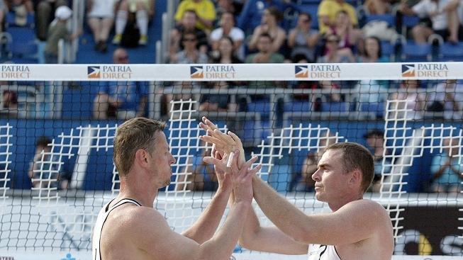Na pražské Štvanici se 20. května 2011 konal turnaj Světového okruhu v plážovém volejbalu Fiba Swatch World Tour. Na snímku Přemysl Kubala (vlevo) a Petr Beneš (vpravo). MILAN KAMMERMAYER / MEDIAFAX