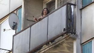 Hasiči zachránili batole z parapetu v osmém patře