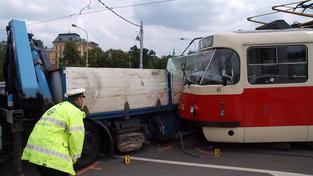 V Praze se srazila tramvaj s nákladním autem. Škoda je 600 tisíc