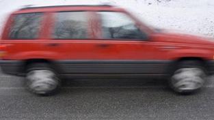 Řidička na sněhu nezvládla řízení a střetla se s autobusem. Na místě zemřela