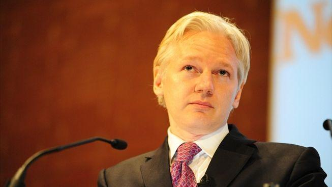Velká Británie vydá Assange do Švédska, ekvádorskému azylu navzdory