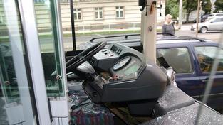 Mladý řidič v opilosti naboural do autobusu, zranil šest lidí