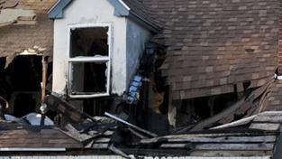 Při pádu střechy domu na Karvinsku zahynulo roční dítě