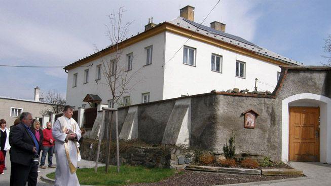 ČR přišla o 300 let starou faru. V noci shořela