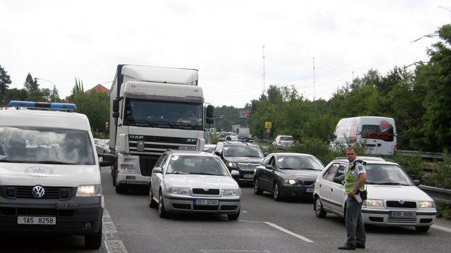 Provoz po nehodě na dálnici D11 byl obnoven