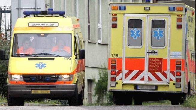Na Ústecku se srazila sanitka a osobní vůz, pět lidí je zraněno