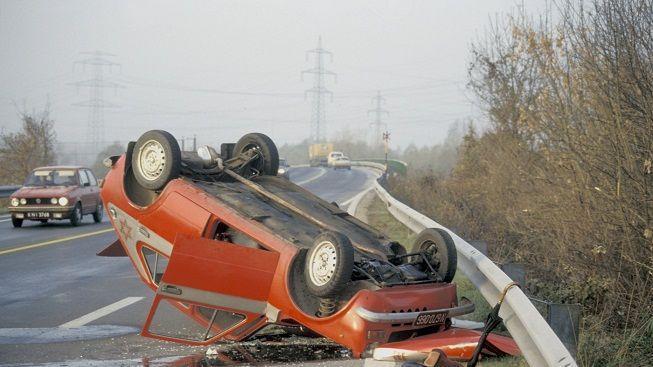 Řidiče auta smetlo vozidlo při umísťování trojúhelníku