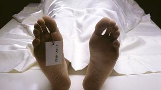 Miliardář z Británie nechal dva měsíce mrtvolu své ženy hnít pod igelitem