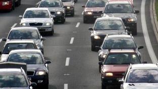 Sesuv půdy na dálnici D11 omezí provoz až do večera. Odklízení jde pomalu
